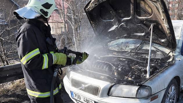 Na výpadovce z Teplic na Bílinu hořelo auto