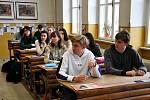 Do lavic museli usednout studenti Gymnázia Teplice, které se ke stávce nepřipojilo.