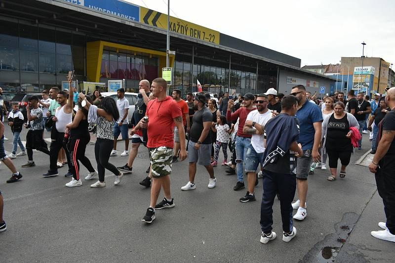 Pochod Romů Teplicemi.