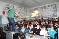 Michael Londesborough představil na Gymnáziu Teplice svoji vědeckou show