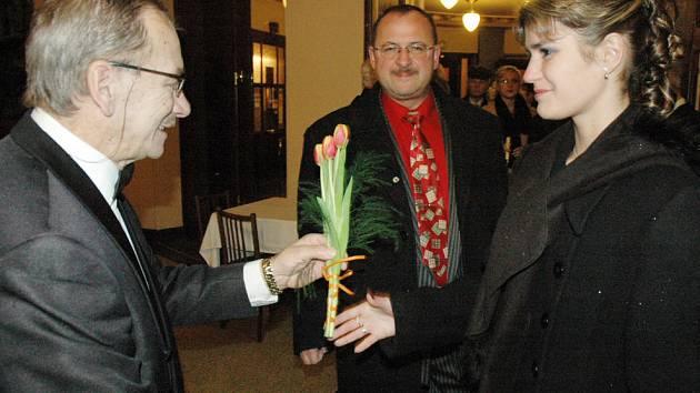 Jaroslav Kubera předával ženám u vstupu do divadla kytičku