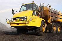 OBŘÍ CISTERNA. Kropící vůz Caterpillar má kapacitu nádrže 22 tisíc litrů! Doly Bílina ho využívají ke snižování prašnosti. Stroj zasahoval i u požáru rypadla v listopadu minulého roku.