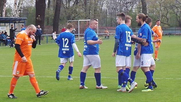 TJ Proboštov B (v modrých dresech) - Baník Modlany B 5:0.