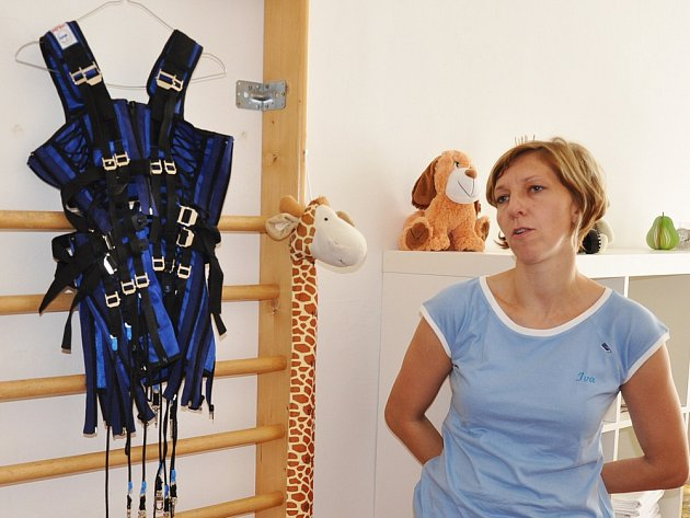 Fyzioterapeutka Iva Černá s kosmickým oblečkem, který je novým způsobem terapie, doplňujícím léčbu pohybového aparátu dětí v Noých lázních v Teplicích.