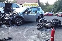 Strážka motocyklu s osobním vozem v Novém Městě u Moldavy