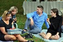 Nezisková organizace Spolu proti samotě pořádá pikniky v teplické Zámecké zahradě.