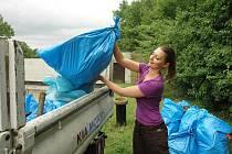 Čtyřicet brigádníků naplnilo odpadky dva velké kontejnery