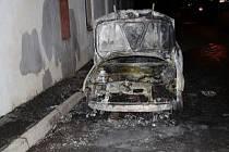 Žhářka o víkendu v Teplicích zapálila auto a šest kontejnerů.
