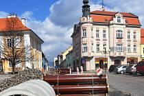 Severočeská vodárenská společnost (SVS) provádí rekonstrukci vodovodu v Duchcově v historickém centru u zámku, v ul. Masarykově a Bednářské.