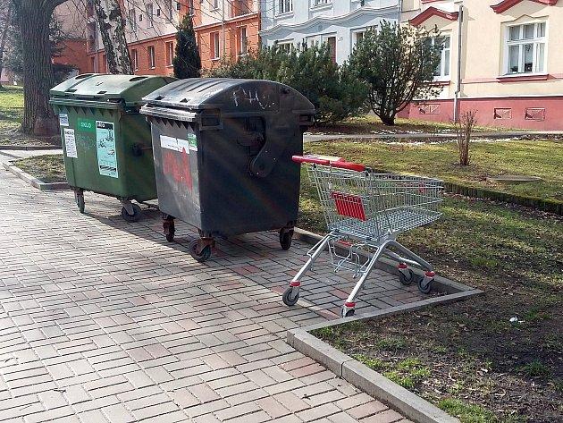 Lidé si vozí nákup z marketu až ke vchodu do domu. Pak vozík v ulici odloží, zpět na seřadiště k obchodu už ho nevrátí.