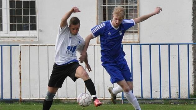 Fotbalisté Černčic (v bílém) vydřeli těsnou, ale cennou  výhru.
