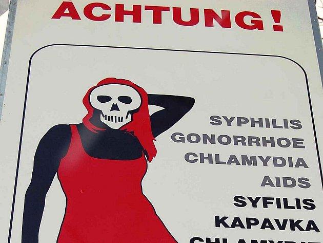 V Chomutově visí cedule, které mají odradit sexuální turisty. Jsou plné smrtek, pohlavních nemocí a varování.