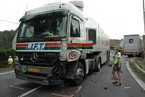 Nehoda dvou kamionů v Bořislavi u kostela.