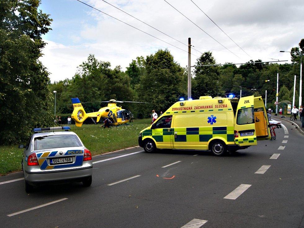 Nehoda motocyklu a osobního vozidla v Teplicích, na křižovatce F. Šrámka - Pod Doubravkou.