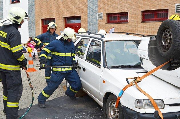 Hasiči párali nabourané auto