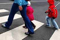 Děti na přechodu pro chodce. Ilustrační foto.
