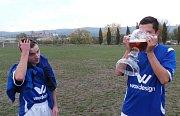 Slovan Sobědruhy nečekaně porazil lídra okresního přeboru TJ Oldřichov B. Diváci byli spokojení a domácí borci si po zápase užili tradiční vítězný pivní rituál.