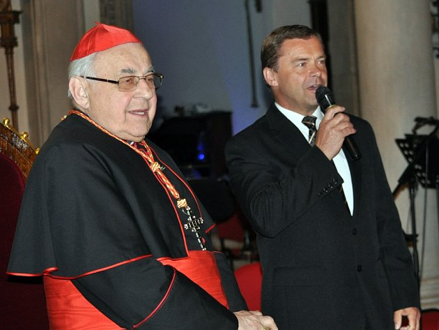 Kardinál Vlk (vlevo) při návštěvě Dubí se starostou města Pípalem.