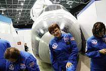 Eva Mojžišová si ze své mise v USA přivezla do Teplic na památku řadu věcí, včetně kombinézy s podpisem amerického kosmonauta Story Musgrave.