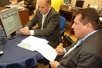 Jiří Paroubek při on-line v redakci Teplického deníku v doprovodu Michala Kasala, kandidáta na primátora za ČSSD.
