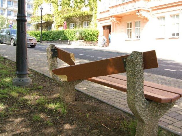 Poničená Lipová ulice v Teplicích, po nájezdu vandalů.