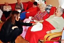 Seniorům pomáhá Lucie stále