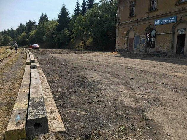 Úprava parkovací plochy u nádraží Nové Město v Krušných horách.