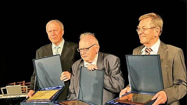 Fotografie ze slavnostního předávání čestných občanství města Bíliny v roce 2011 třem významným osobnostem, kterými byli Čestmír Duda, Miloslav Stingl (uprostřed) a Karl - Heinz Plattig.