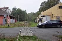 Přejezd v Novosedlicích v Bystřické ulici není v úplně dobrém stavu. Zabezpečovací zařízení tam je zcela mimo provoz. Vedení obce chce jednat se SŽDC o jeho opravě.