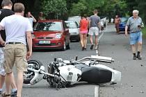 Nehoda v Oseku, motorkář musel vrtulníkem do nemocnice.