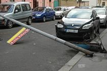Sloup veřejného osvětlení spadl na tři auto