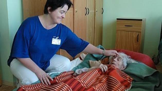 Pečovatelka s klientkou, která zkouší novou metodu vaku.