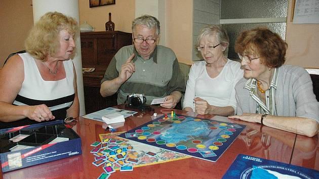 Práce s klienty v Domově důchodců v Teplicích. Klub CMP v Teplicích v Domově důchodců U Nových lázní funguje tři roky a navštěvují ho klienti postižení cévní mozkovou příhodou.