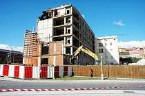 Demolice nikdy nedokončeného hotelu na rohu náměstí Svobody v Teplicích.