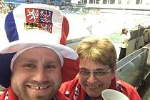 Fanoušek Jiří Tyl se svou maminkou na hokeji.