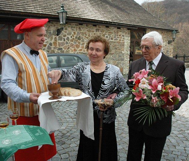 Uvítání manželů na zlaté svatbě na hradě v Krupce