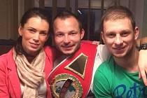 Václav Polák (vpravo) s kamarádem Tomášem Vondráškem a svou přítelkyni Veronikou.