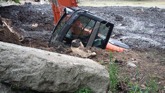Revitalizace zámeckého rybníku nezačala šťastně, v bahně se utopil bagr