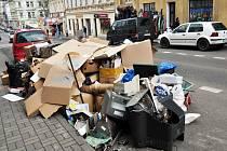 V Teplicích bude takovýto nepořádek povolený na týden v březnu, kdy se bude konat takzvaný Bílý týden. Lidé budou moci vyklidit sklepy a půdy a vyhodit vše před dům.