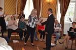 Vedoucí sociálních služeb Arkadie Alena Tonová předává čestné uznání starostovi Dubí Petru Pípalov