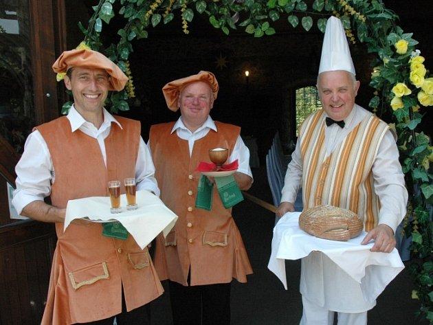 Vítají svatebčany s chlebem a solí