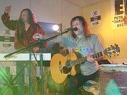 Původní členové Emise Dan Andel (vzadu) a Petr Kadlček při loňském koncertu.