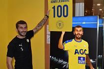 Admir Ljevaković dostal od ředitele komunikace a marketingu FK Teplice Martina Kovaříka na památku svého jubilea velkou žlutou kartu
