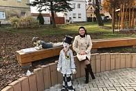 Sochy klauna a dívenky oživují náves v Hrobčicích.
