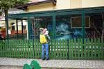 Minizoo s opičkami u dětského hřiště v Zámecké zahradě v Teplicích.