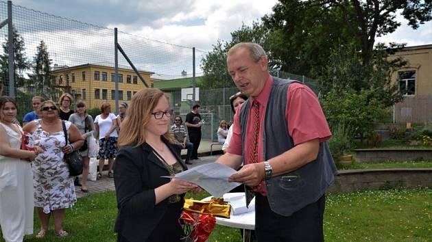 Vysvědčení závěrečného ročníku předával žákům praktické školy třídní učitel Tomáš Vorochta.