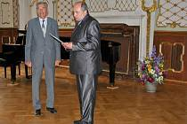 Starosta Duchcova Zbyněk Šimbera (vpravo) předal cenu města lékaři duchcovské nemocnice Janu Kleplovi.