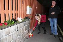 Jedno z pietních míst v Teplicích vzniklo přímo před domem v ulici Petra Bezruče, kde Jaroslav Kubera bydlel. Lidé sem začali nosit květiny a na chodník pokládali hořící svíčky. Mezi prvními, kdo přišel, byl Michal Chrdle s dcerou.