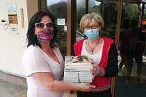 Časopisy udělaly v Domově důchodců Bystřany radost. Dárek předala Lea Kernerová (vlevo) z VLM zástupkyni domova důchodců Pavlíně Trumpusové.