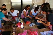 Kurz přípravy zdravých svačin pro kuchařky v ZŠ Za Chlumem v Bílině.